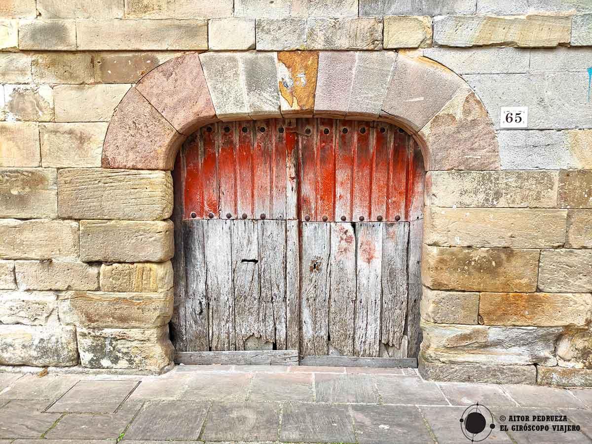 Puerta de una casona en la calle principal de Cartes