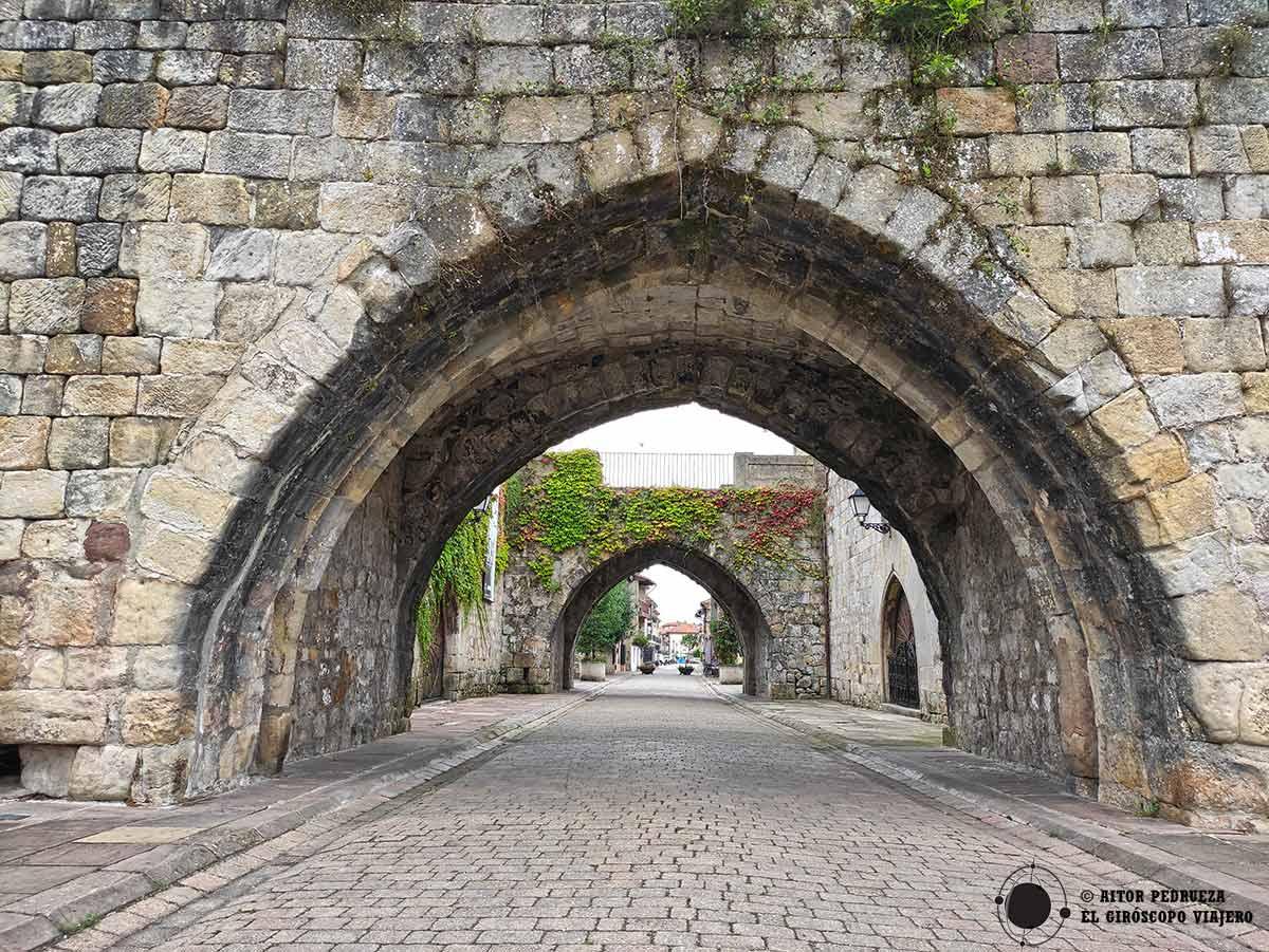 Calle principal de Cartes en Cantabria