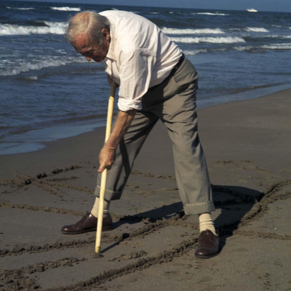 Joan Miró dibujando en la arena