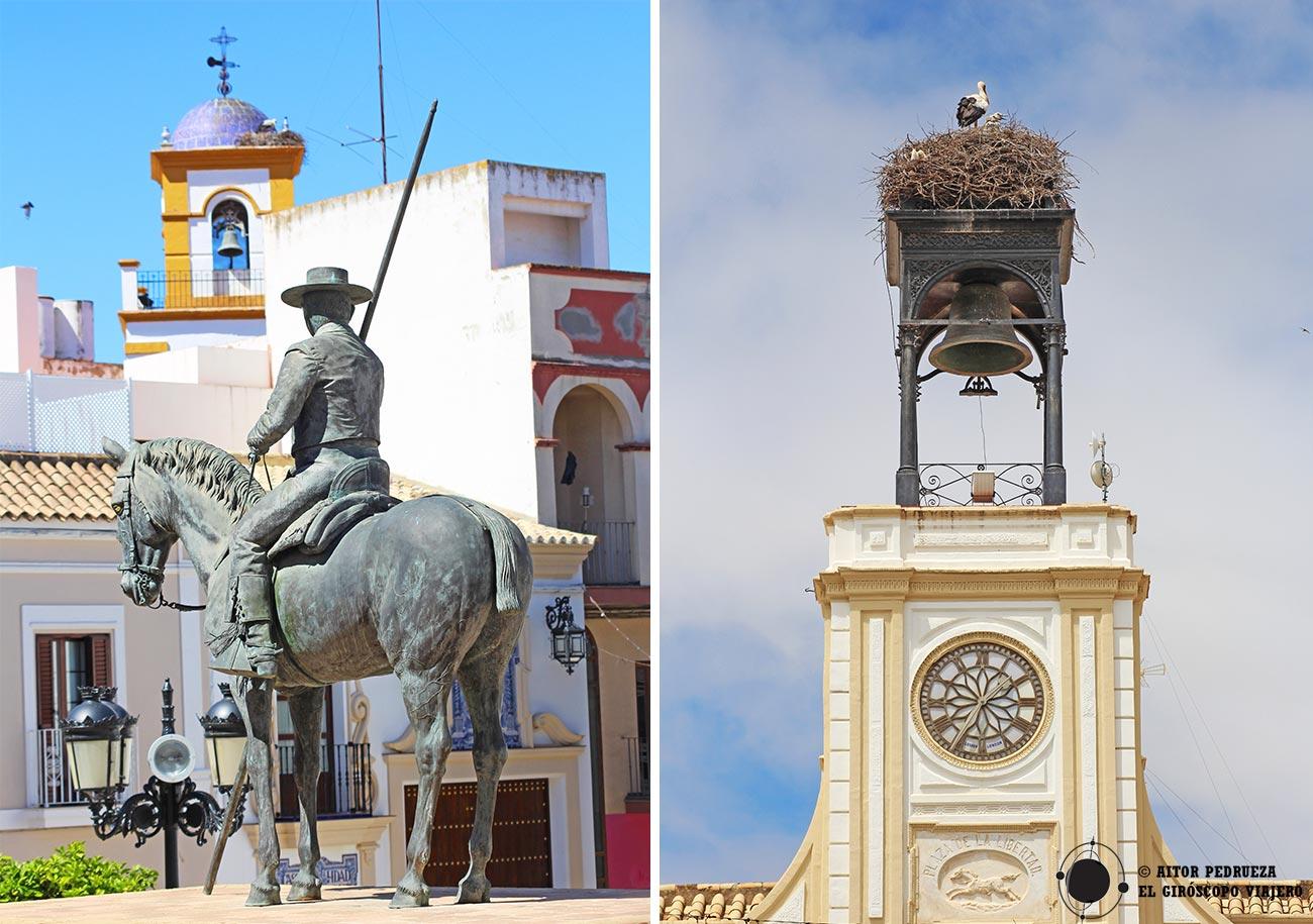 Estatua de Fernando Villalón frente a la casa de Cultura y el reloj del Ayuntamiento de Morón de la Frontera.