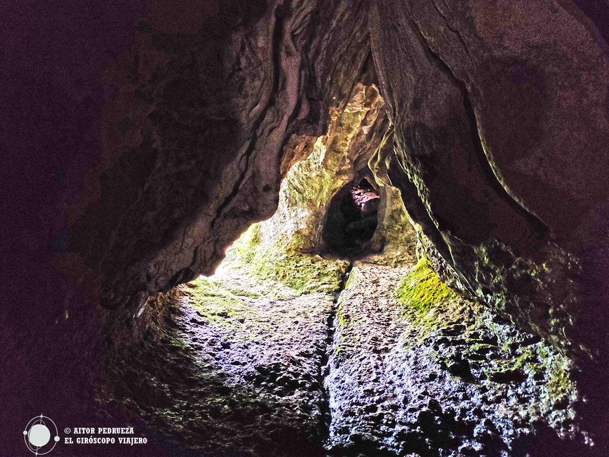 Salida de la Cueva del Canónigo en Rucandio